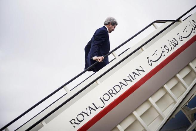 John Kerry embarca, ayer, en un vuelo a Riad en el aeropuerto de...