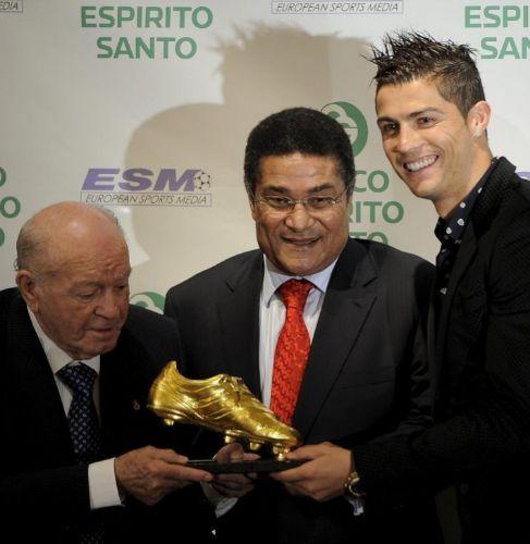 Cristiano recibe la Bota de Oro 2011 ante Eusebio y Di Stéfano.