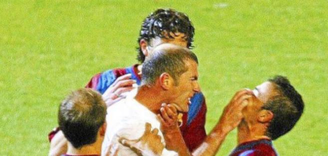 Zidane y Luis Enrique se enzarzan durante un Clásico.