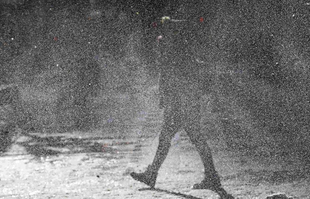 Una mujer camina bajo una tormenta de nieve en Chicago.