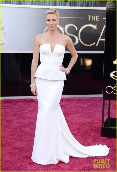 Charlize Theron en la alfombra roja de los Oscar.