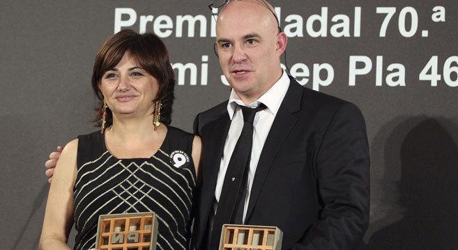 Carmen Amoraga (Premio Nadal 2014) junto a Albert Villaró, ganador...