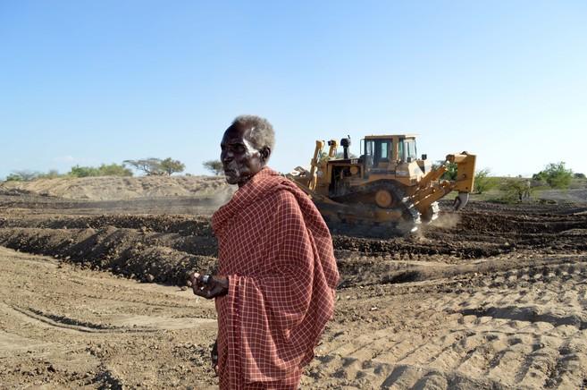 Un hombre observa cómo las excavadoras trabajan en la zona de los...