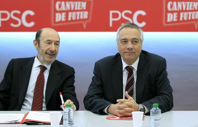 El secretario general del PSOE, Alfredo Pérez Rubalcaba, junto a Pere...