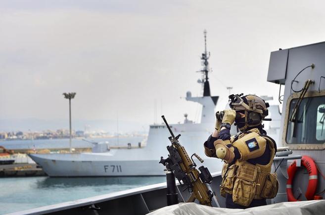 Un soldado noruego vigila el barco que transportará las armas...