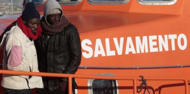 Dos de los inmigrantes rescatados este martes, a su llegada a Motril.
