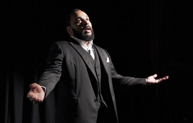 El humorista Dieudonne Mbala Mbala en una actuación en 2012.