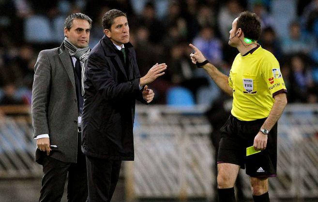 El entrenador del Betis se queja al árbitro en un partido de Liga.