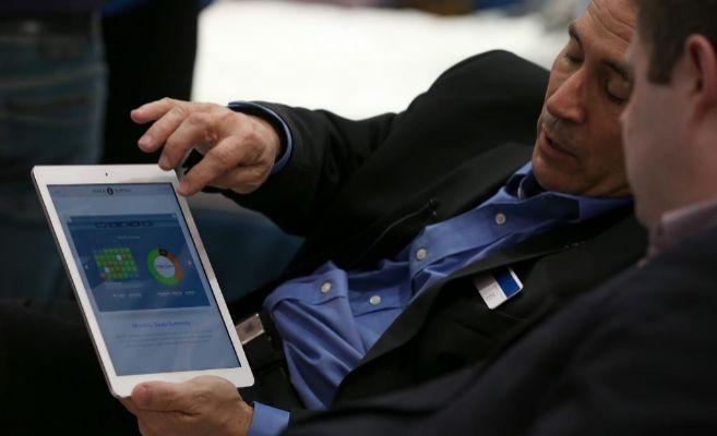 Dos hombres miran la pantalla de una tableta