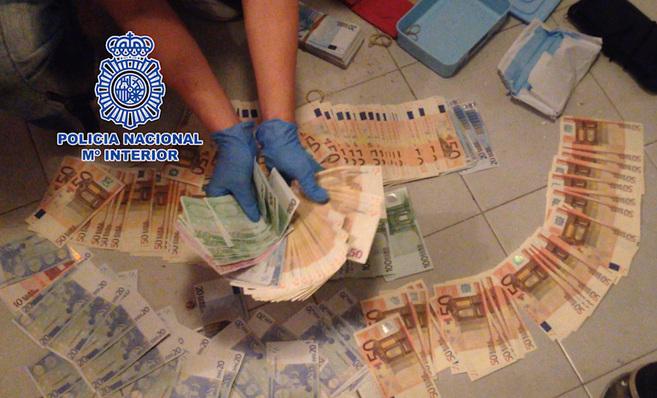 Parte de los billetes incautados en la operación policial.