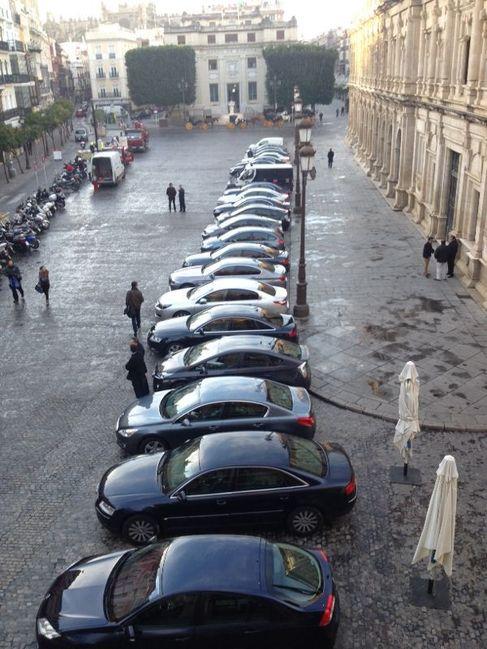 Los coches oficiales aparcados junto al Ayuntamiento.