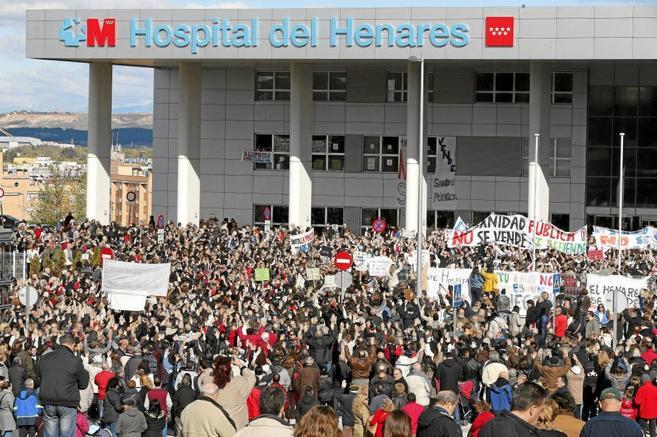 Marcha de trabajadores sanitarios frente al Hospital del Henares