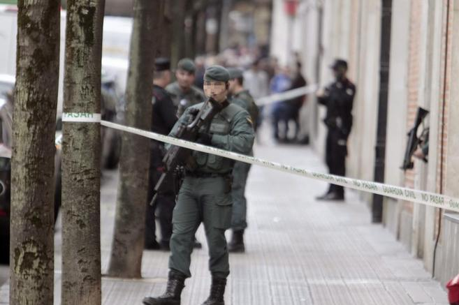 Varios agentes de ña Guardia Civil custodian la entrada de un...