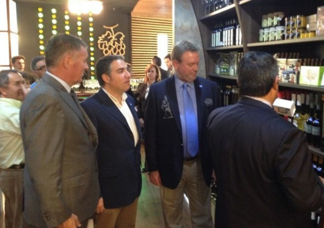 Ángel Nozal (a la izquierda) y Elías Bendodo (a su lado) en la...