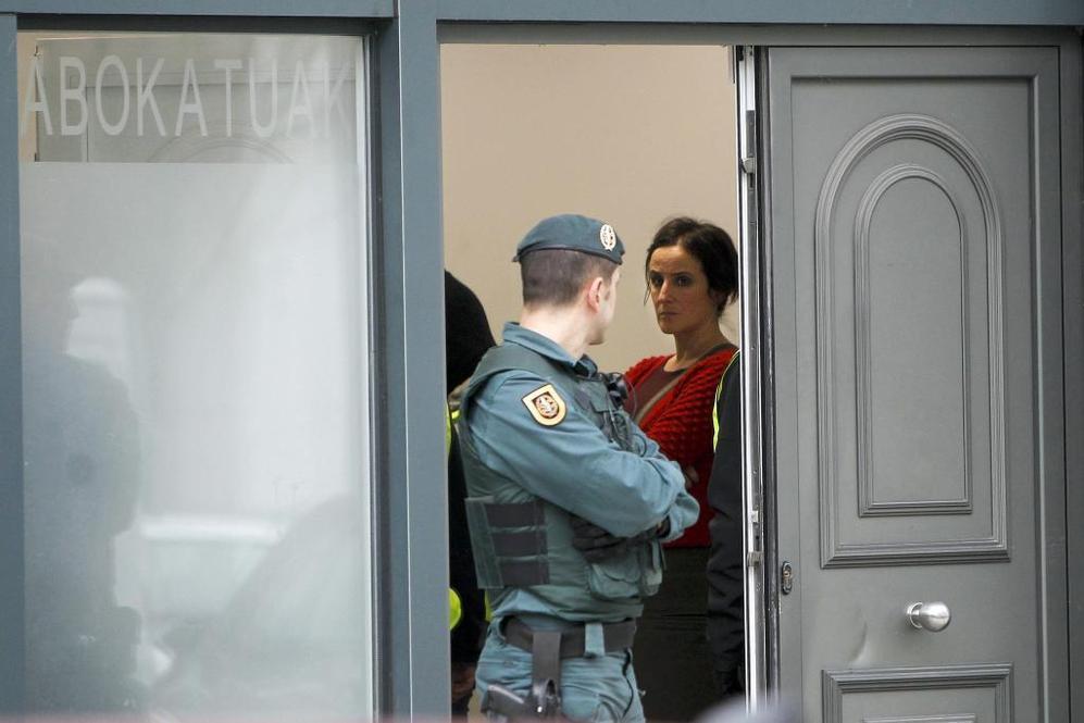 La abogada Ainhoa Baglietto mira a un agente, durante el registro en...