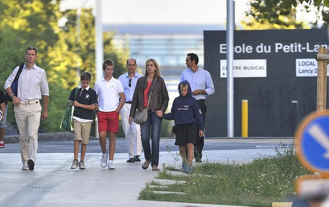 La Infanta Doña Cristina e Iñaki Urdangarin, con sus hijos a la...