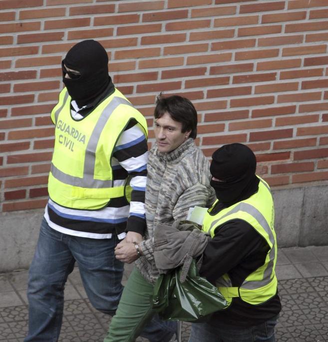 Almandoz durante su detención en Bilbao por la Guardia Civil.