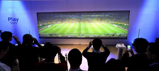 Espectadores prueban unas gafas para ver la televisión durante la...