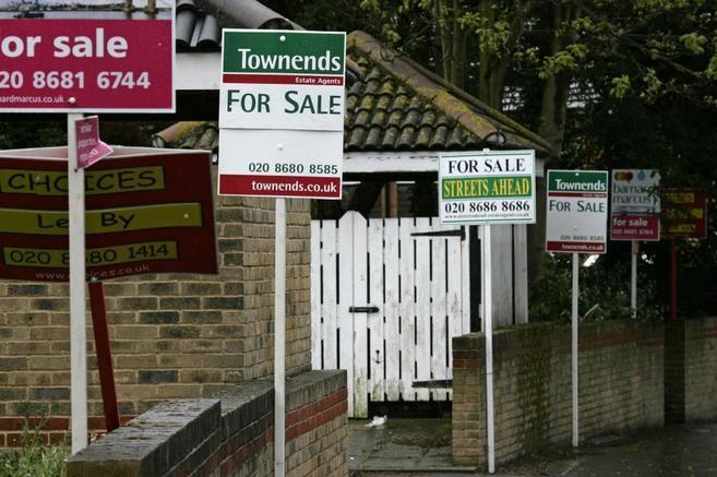 Imagen de archivo de varios carteles que anuncian varias casas en...