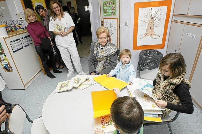 Benita Martín, de 91 años, junto a los niños de Pediatría del...