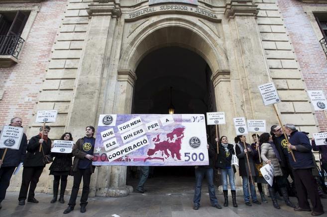 Miembros de la Coordinadora de ONG reclaman Justicia a las puertas del...