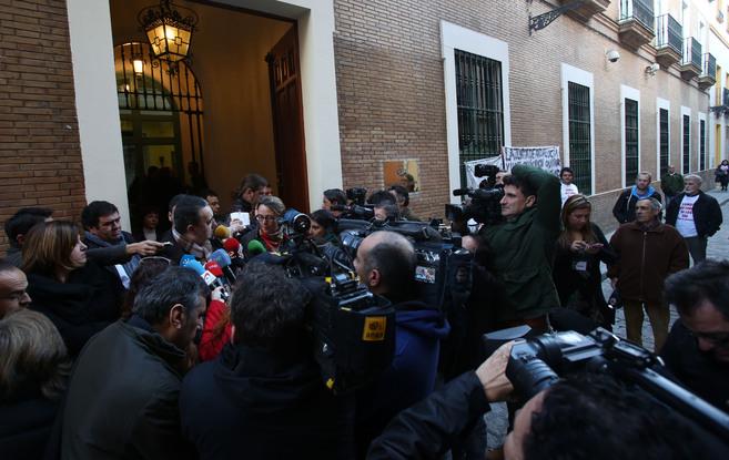 Ferrer y Cubillo hacen declaraciones en el exterior de la sede de...