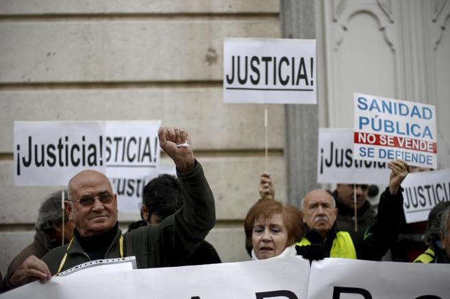 Usuarios de la sanidad pública madrileña, frente a la sede del TSJM