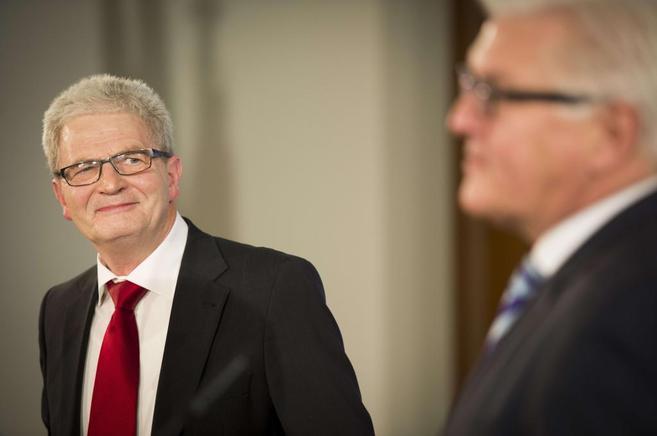 El ministro de Exteriores alemán, Frank Walter Steinmeier, junto a su...