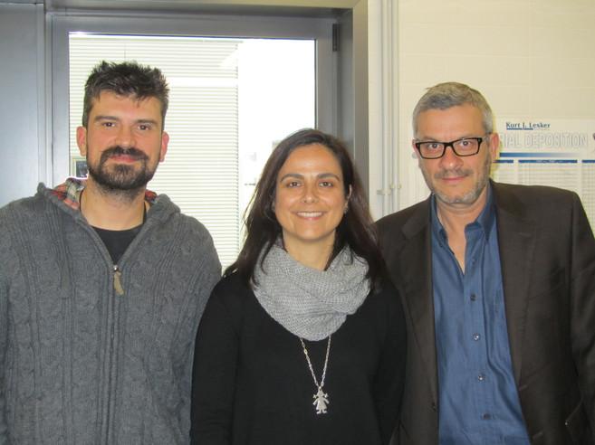 Los investigadores Eva Barea, Iván Mora y Juan Bisquert.