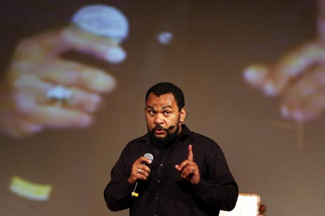 El cómico Dieudonné, en una de sus actuaciones.