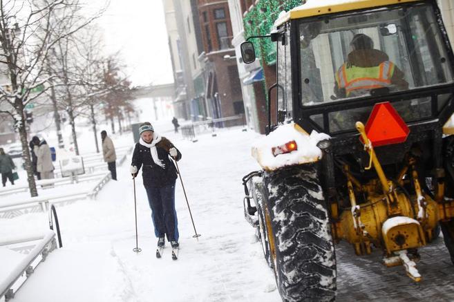 Una mujer se desplaza por una calle de Detroit esquiando