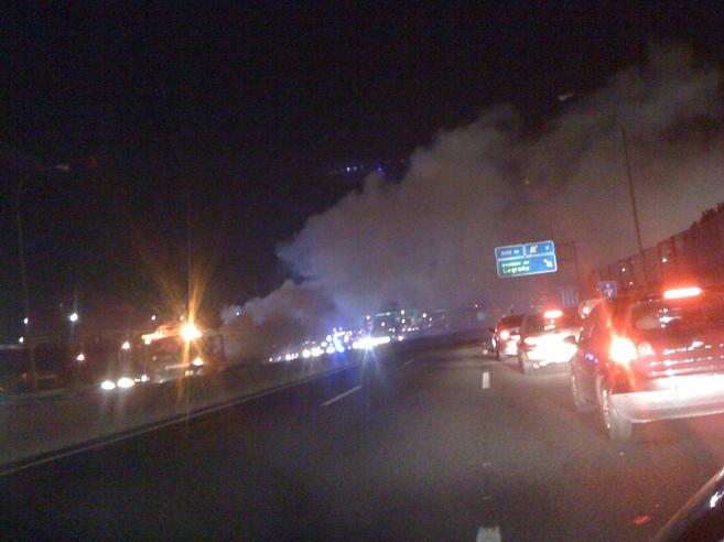 El vehículo ardiendo en la M-40.