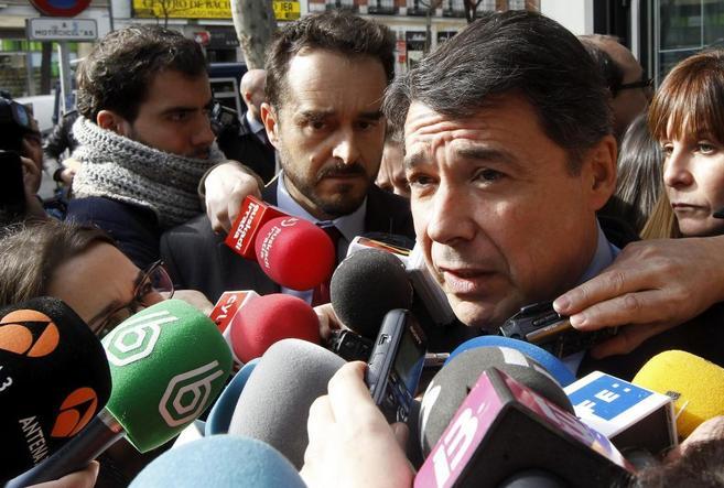 El presidente regional, Ignacio González, mientras atendía ayer a...