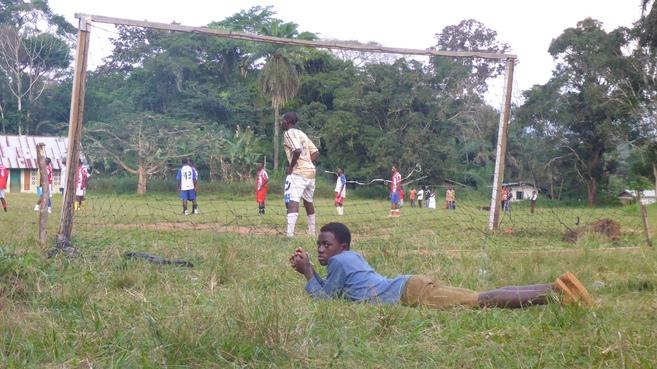 Partido en el campo de fútbol  en Bengbis.