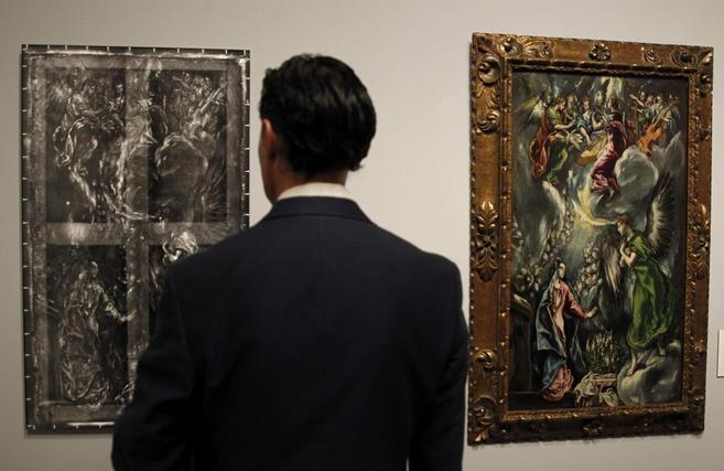 Un hombre observa la radiografía de una de las obras de El Greco...