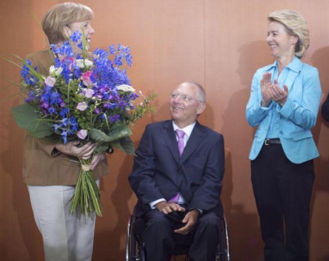 Angela Merkel, junto a Schäube y Ursula von der Leyen.