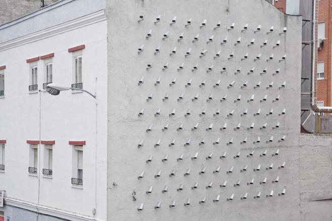 Instalación de cámaras de vigilancia en el barrio de Tetuán. | E....
