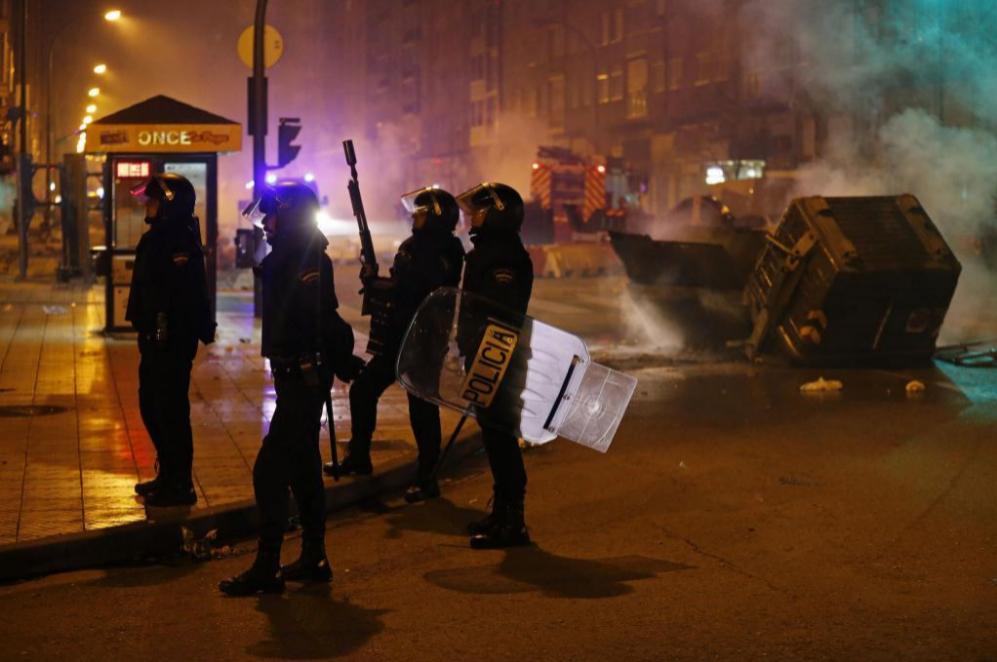 Además, seis policías han resultado heridos y atendidos por personal...
