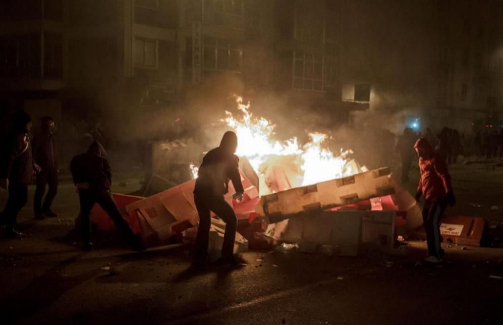 Algunos manifestantes han arrojado trozos de adoquín, botellas de...