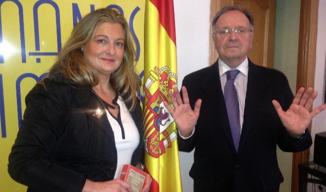 Virginia López y Miguel Bernard muestran las manos en la sede del...
