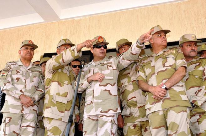 El general Al Sisi (con gafas de sol) rodeado de otros militares
