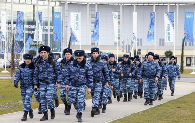 Agentes de policía caminan delante del centro de prensa del parque...