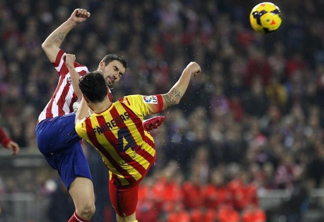 Gabi y Fábregas luchan por un balón.