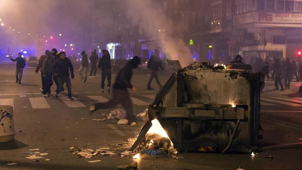 El cordón policial de antidisturbios se amplió a las calles...