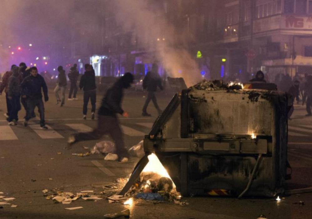 El cordón policial de antidisturbios se amplió a los aledaños a la...