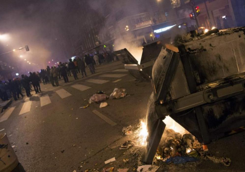 A partir de las 22:00 comenzaron los actos vandálicos en la calle...