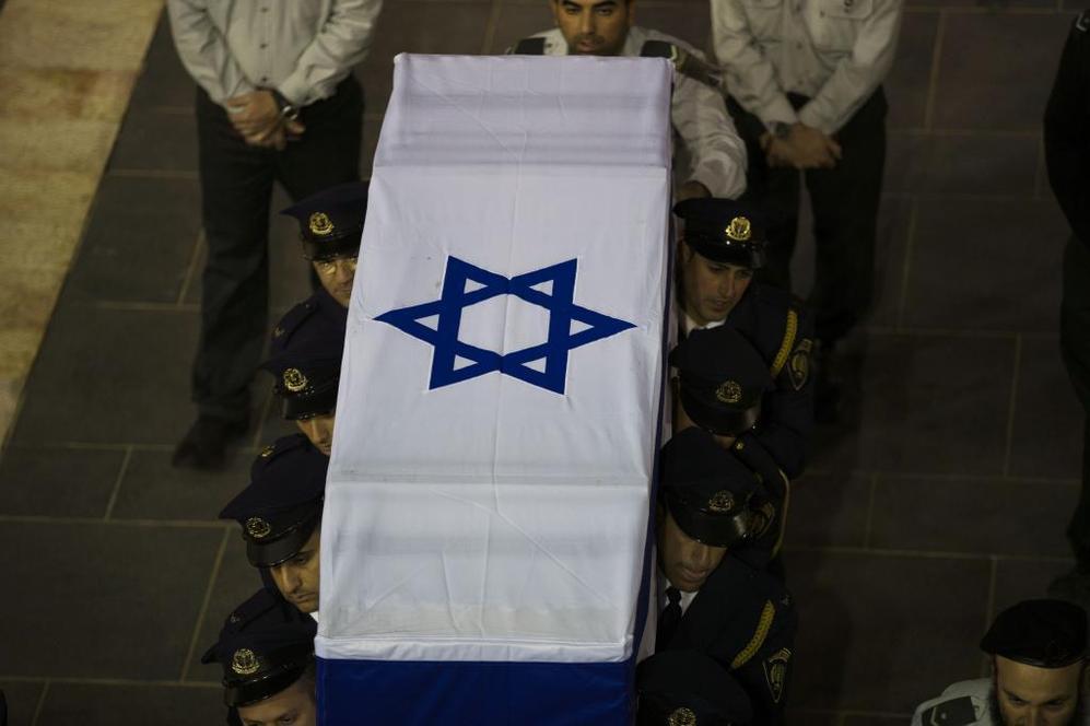 Guardias de la Knesset portan el féretro de Ariel Sharon.