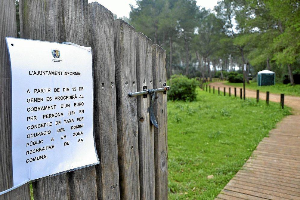 Carteles de advertencia en el acceso a Sa Comuna de Lloret que...