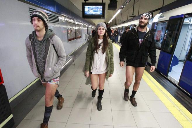 Tres jóvenes caminan por el Metro sin pantalones.