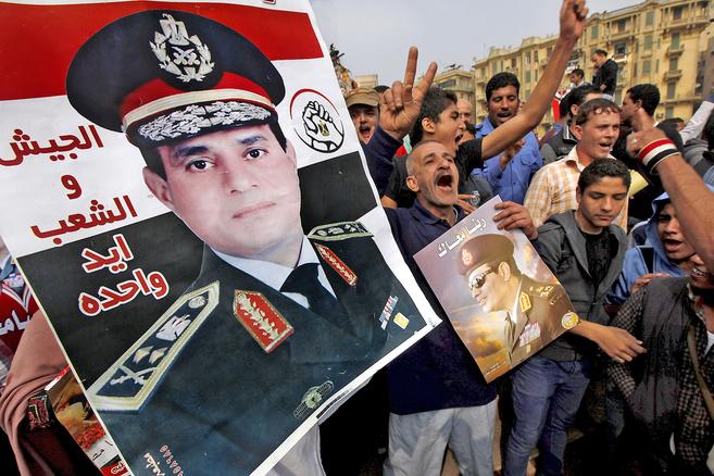 Partidarios del jefe de las fuerzas armadas, Al Sisi, muestran varios...